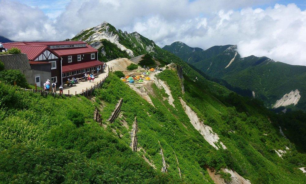 燕山荘と燕岳.