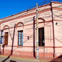 Fachada del edificio que alberga al Museo de Arte Sacro y el Mercado Artesanal.
