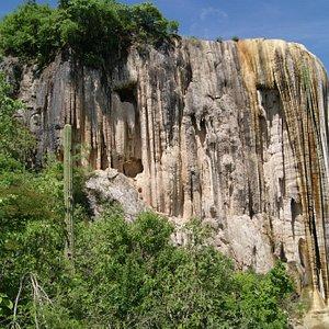 Vista desde abajo, cascadas hierve el agua