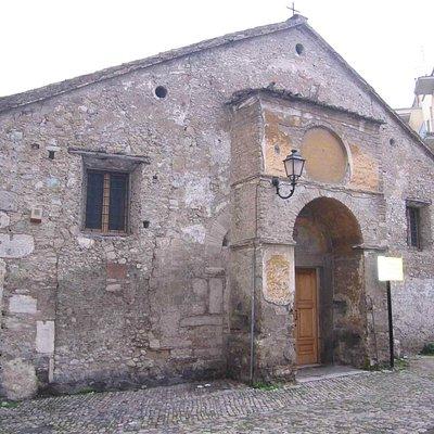 facciata con elementi di epoca romana, longobarda, medievale e barocca