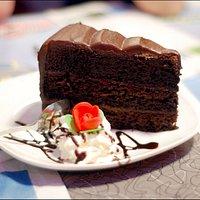 La mitica MEGA CHOCOLATE FABULOUS CAKE. Una scelta tra gli oltre 20 dolci disponibili.