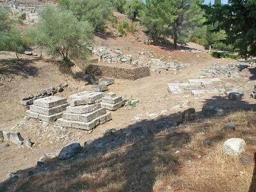 Tomba a piramide e resti della porta sud