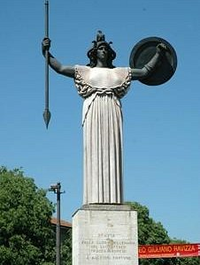 """Il """"monumento al vigile urbano"""", al centro dell'incrocio principale della città."""