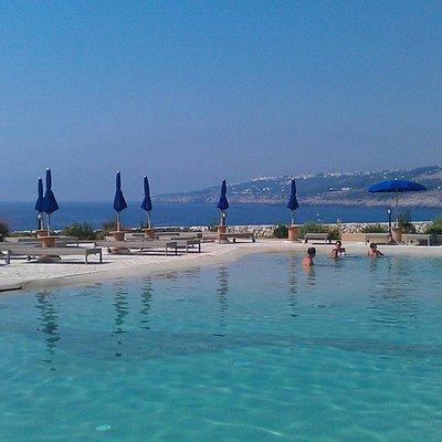 Vista della piscina per bambini verso il mare