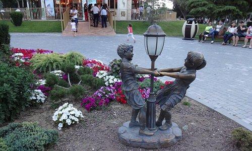 uma das muitas estátuas do Boulevard