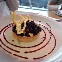 Postre: tarta con chocolate blanco y frutos rojos