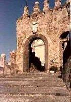 gli scaloni e la porta di ingresso al borgo