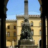 Il monumento alla famiglia Cairoli.