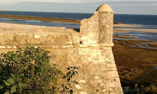 Vista do forte e a praia ao fundo