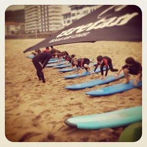 practicando en la arena antes de surfear!