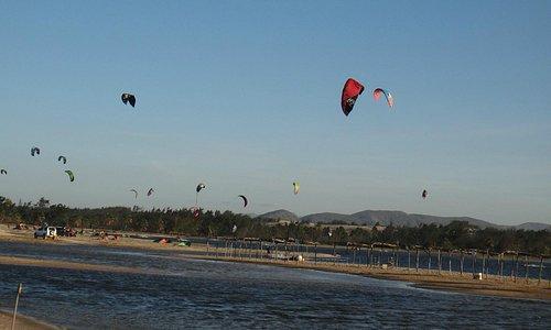 lindo demais ver a galera nas aulas de kitesurf