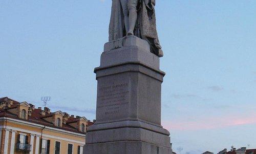Piazza Galimberti, statua di Barbaroux