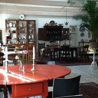 Der serveres ved de antikke borde.