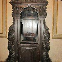 Confesionario en el interior del templo.