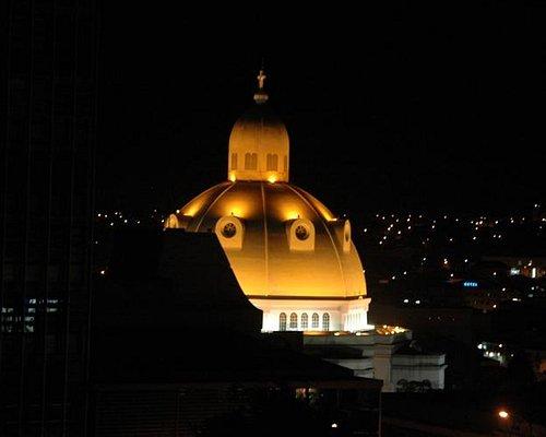 Vista noturna da Catedral de São Carlos
