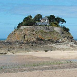 Vista dalla spiaggia con bassa marea