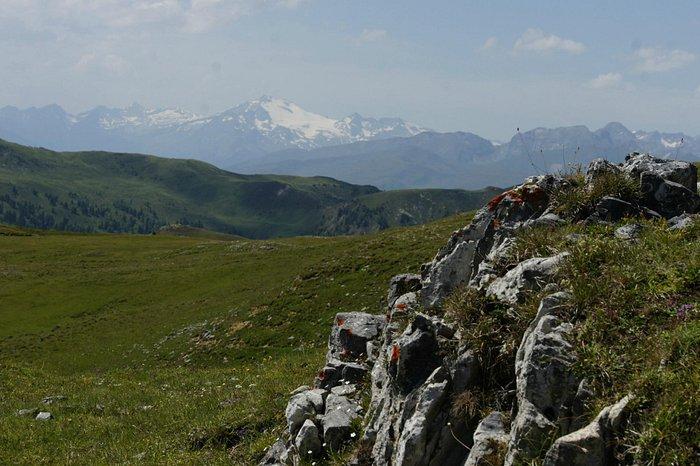 Blick von der Passhöhe nach Westen auf die schneebedeckten Gipfel