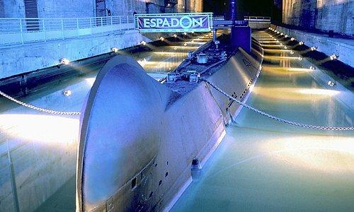 Tapi sous l'écluse fortifiée, le sous-marin vous attend !