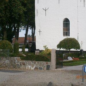 Kirken set fra pakeringspladsen