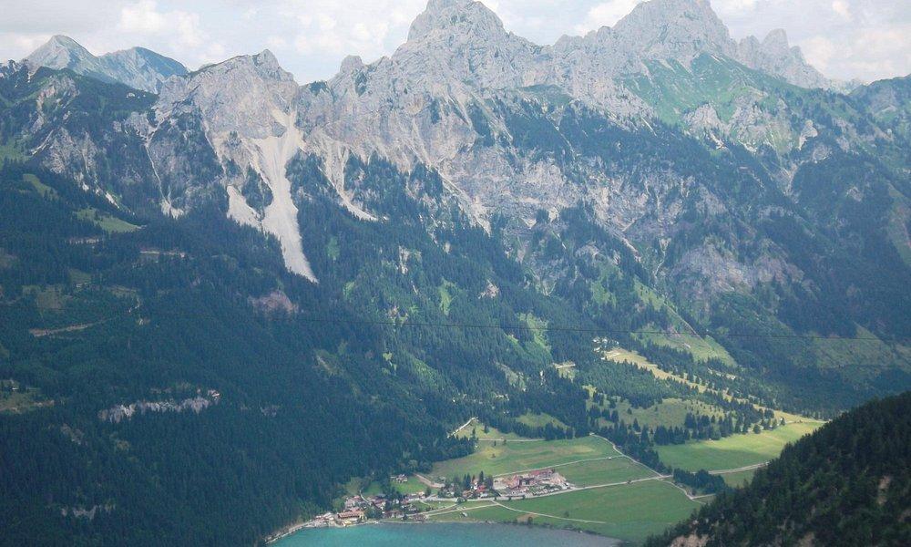 Blick vom Neunerköpfle auf Nesselwängle mit der Tannheimer Gruppe (Roth Flüh, Gimpel & Köllenspi