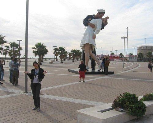 Com a estátua