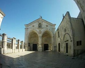 Der Eingang zur Grottenkirche, das Tor der Vergebung der Sünden