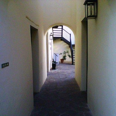 Pasillo entre patios