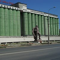 The rebuilt and extended Grain Silo with statue of a Marine defender.