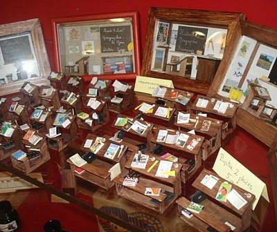 Grand choix dans la boutique : plumes, encre, ardoises, miniatures faites main, livres, images..