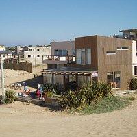 L'hôtel et son restaurant depuis le haut de la dune la plus proche
