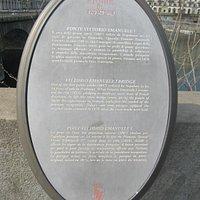 Panel con información sobre el puente.