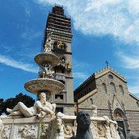 Visione del campanile con la cattedrale e la fontana del Montorsoli
