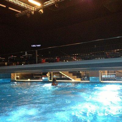 Теплый бассейн с двумя джакузи