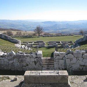 La valle del Trigno e il teatro sannitico visti dal tempio grande