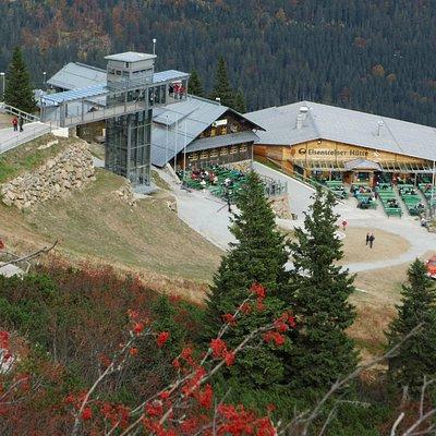 Blick auf Eisensteiner Hütte, Arberschutzhütte und gläsernen Aufzug