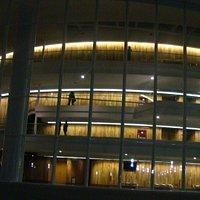 Fachada nocturna del Teatro Bicentenario de la Explanada Cultural