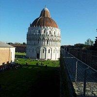 IL battistero di Piazza dei Miracoli a Pisa, visto dalle mura