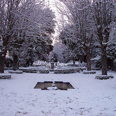 jardin formal enfrente de la casa nevado