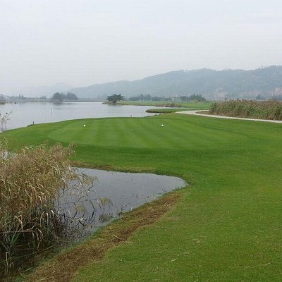Fourth hole par 5 from Blue tees