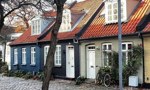 Улица маленьких цветных домиков