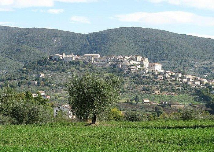Il borgo di Lugnano in Teverina visto dalle campagne circostanti