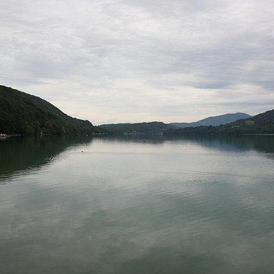 """Laffrey - """"Grand Lac de Lac Laffrey"""" desde la orilla frente al """"Restaurant Aù Pré du Lac"""""""