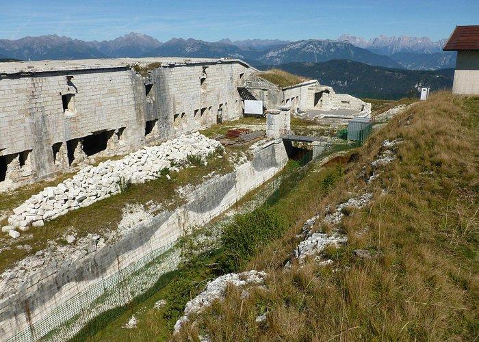 Sullo sfondo le Dolomiti