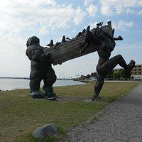 Suur Toll and Piret, интересная и забавная скульптура, при этом довольно монументальная