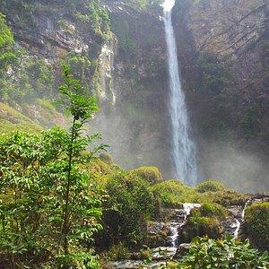 Vista da cachoeira à distância