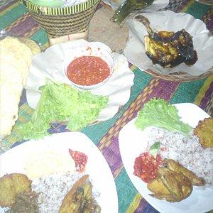 Nasi Merah, Ayam Goreng, Ayam Bakar, Sambal, Lalap