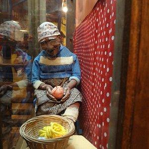 Bonecos expostos na entrada do teatro