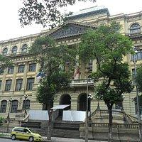 Fachada da Biblioteca Nacional, passando por reparos no momento