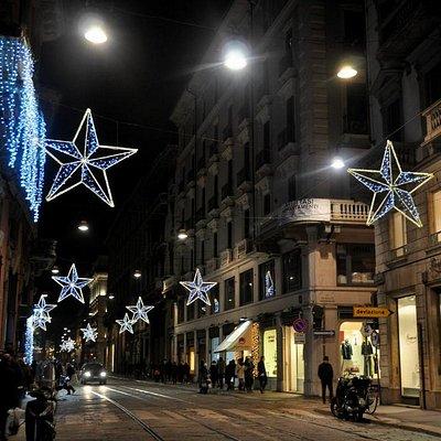 Via Manzoni  a Natale