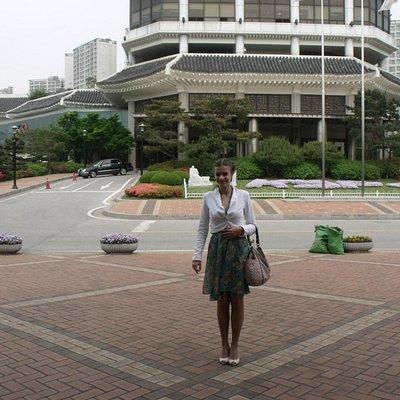 Позади - Олимпийский Музей Сеула